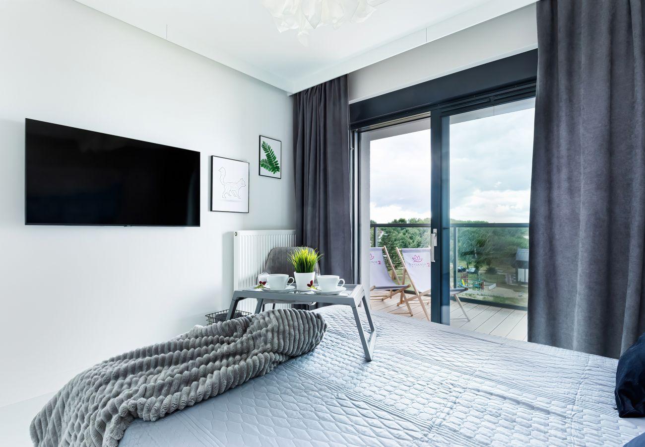 sypialnia, podwójne łóżko, szafka nocna, lampka nocna, szafa, pościel, poduszki, mieszkanie, wnętrze, wynajem
