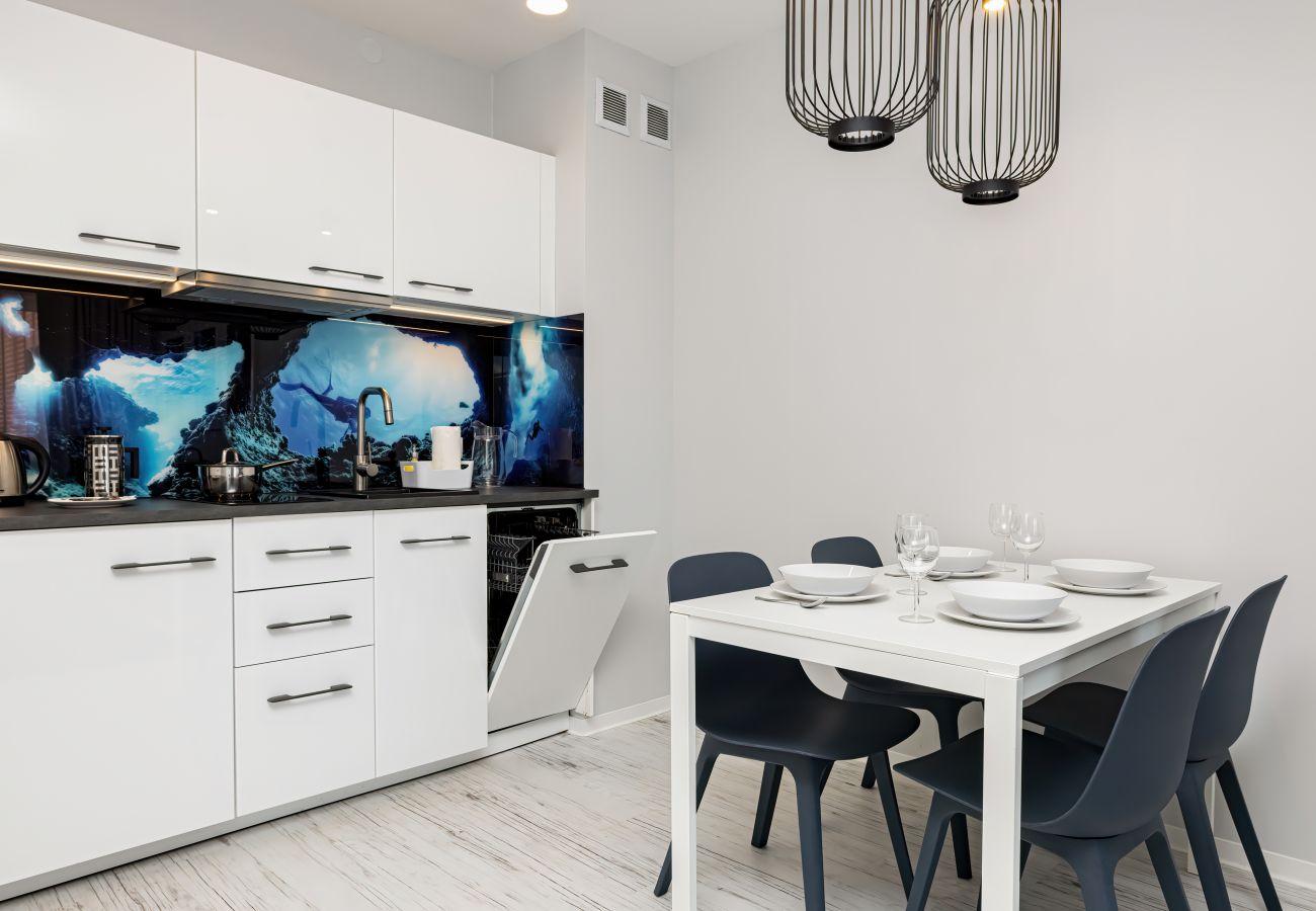 kuchnia, aneks kuchenny, jadalnia, stół, krzesła, kuchenka, ekspres do kawy, szafki, wynajem
