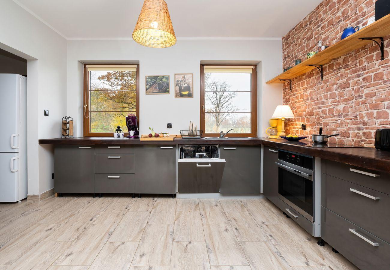 kuchnia, lodówka, szafki kuchenne, piekarnik, przybory kuchenne, wynajem, dom wakacyjny, stół, krzesła