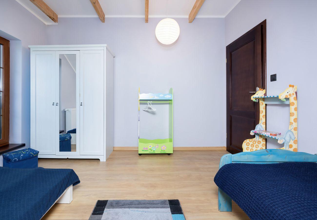 pokój, łóżko, pościel, szafa, lustro, okno, wynajem, sypialnia, dom wakacyjny