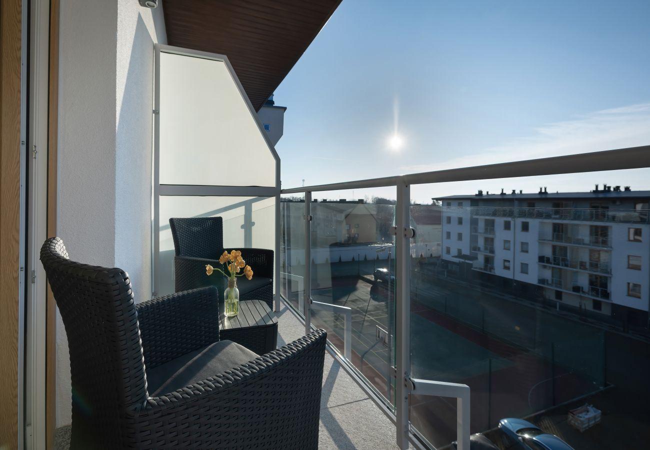 apartament, wynajem, balkon, widok, meble ogrodowe, odpoczynek, słońce