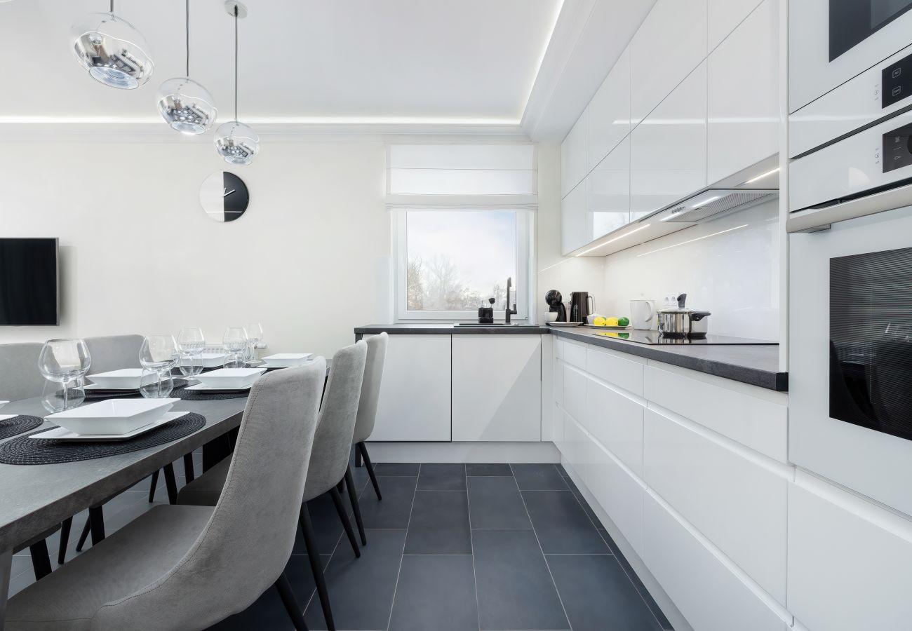 kuchnia, adalnia, stół, krzesła, ekspres do kawy, kuchenka mikrofalowa, lodówka, apartament, wynajem