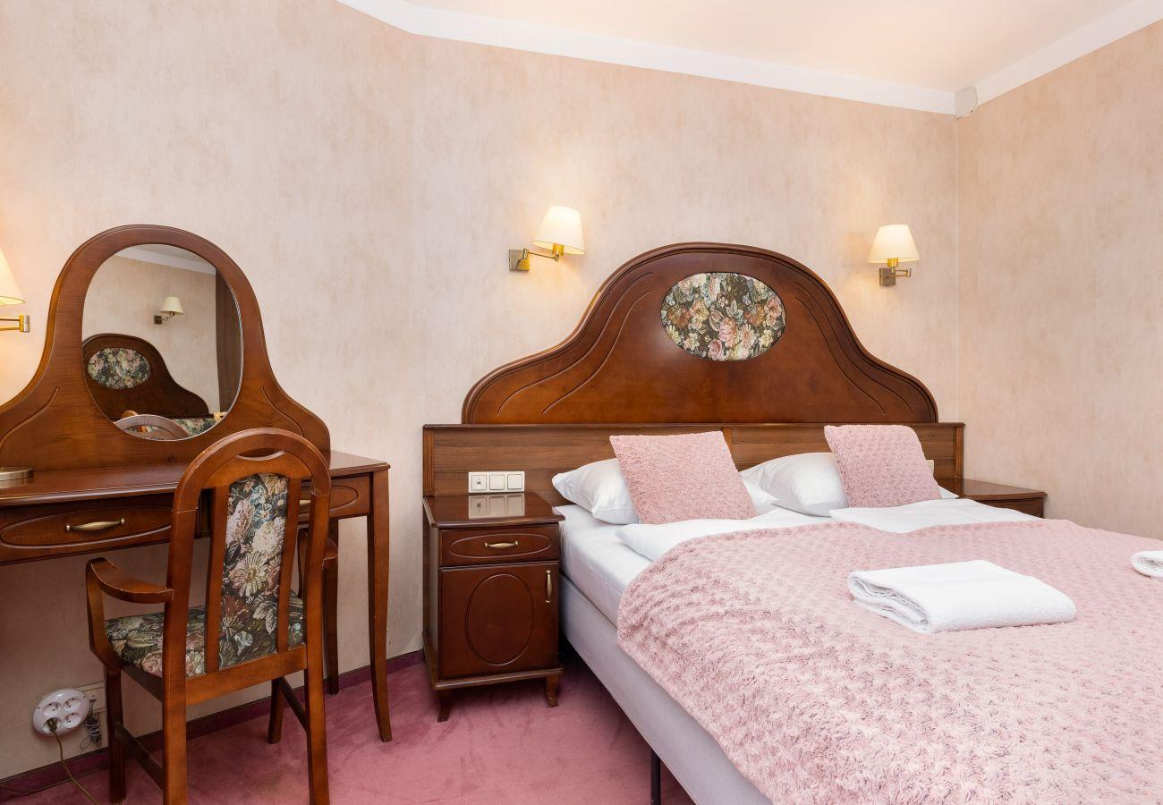 salon, sofa, stolik kawowy, telewizor, łóżko podwójne, stół, krzesła, szafa, lustro mieszkanie, wnętrze, wynajem
