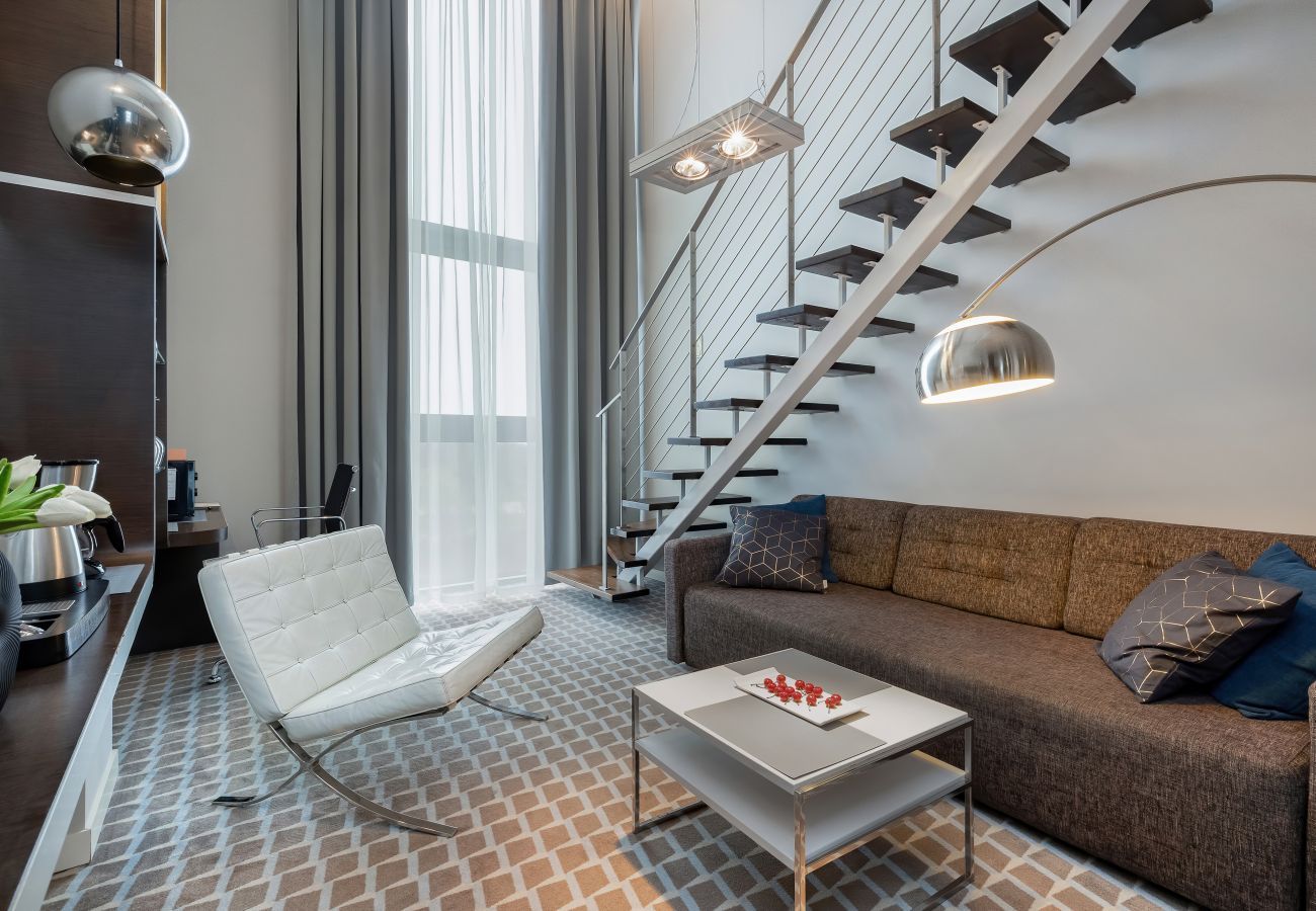 pokój, salon, aneks kuchenny, fotel, telewizor, szafa, wnętrze, wynajem, apartament, hotel, klimatyzacja
