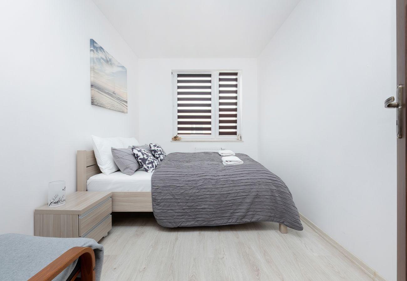 sypialnia, podwójne łóżko, lampka nocna, pościel, mieszkanie, wnętrze, wynajem, apartament