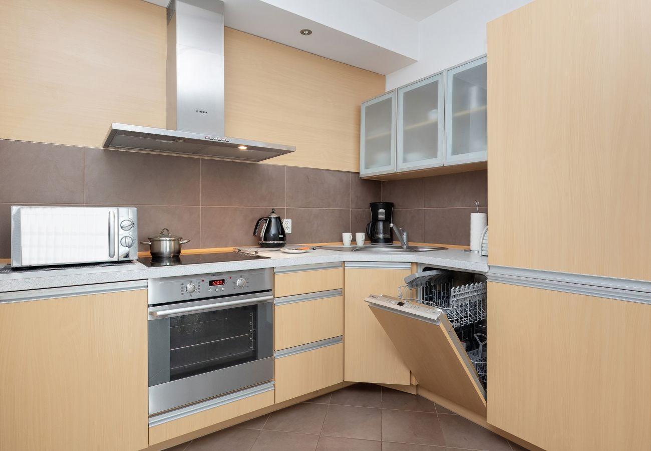 aneks kuchenny, zmywarka, stół, krzesła, apartament, wynajem