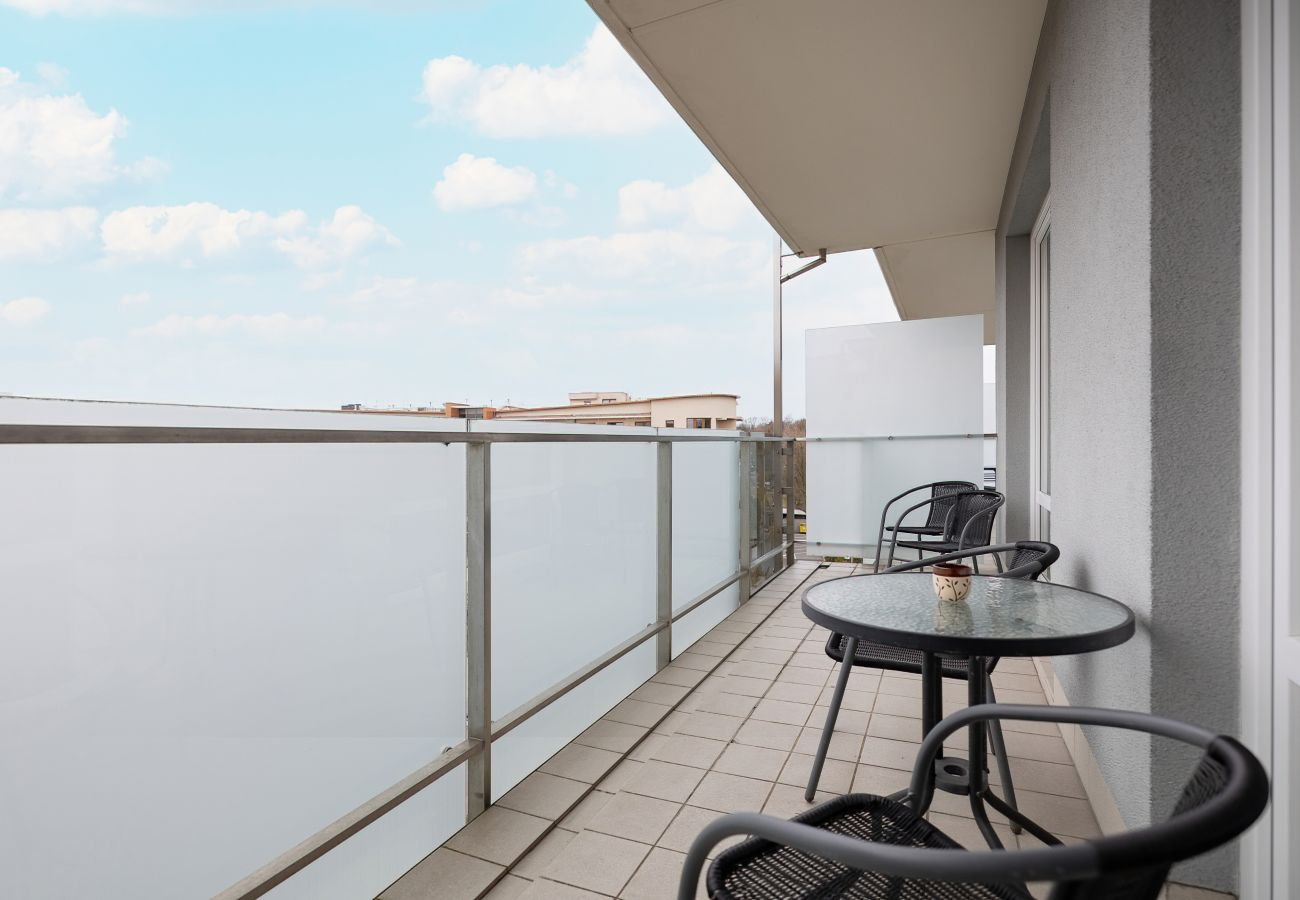 balkon, apartament, na zewnątrz, krzesła, stół, widok, widok z mieszkania, widok z balkonu, wynajem