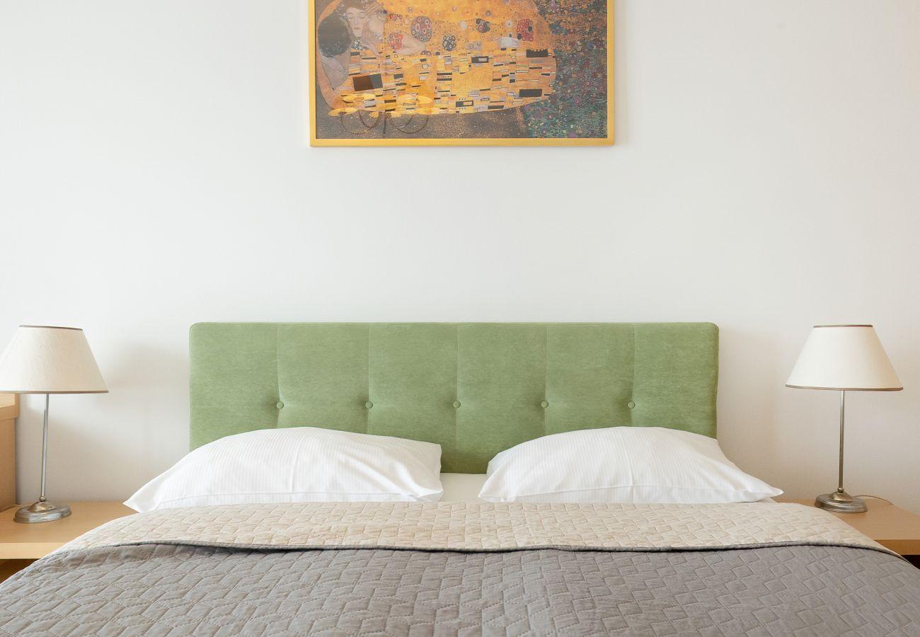 sypialnia, biurko, łóżko, szafka nocna, lampka nocna, szafa, pościel, apartament, wnętrze, wynajem