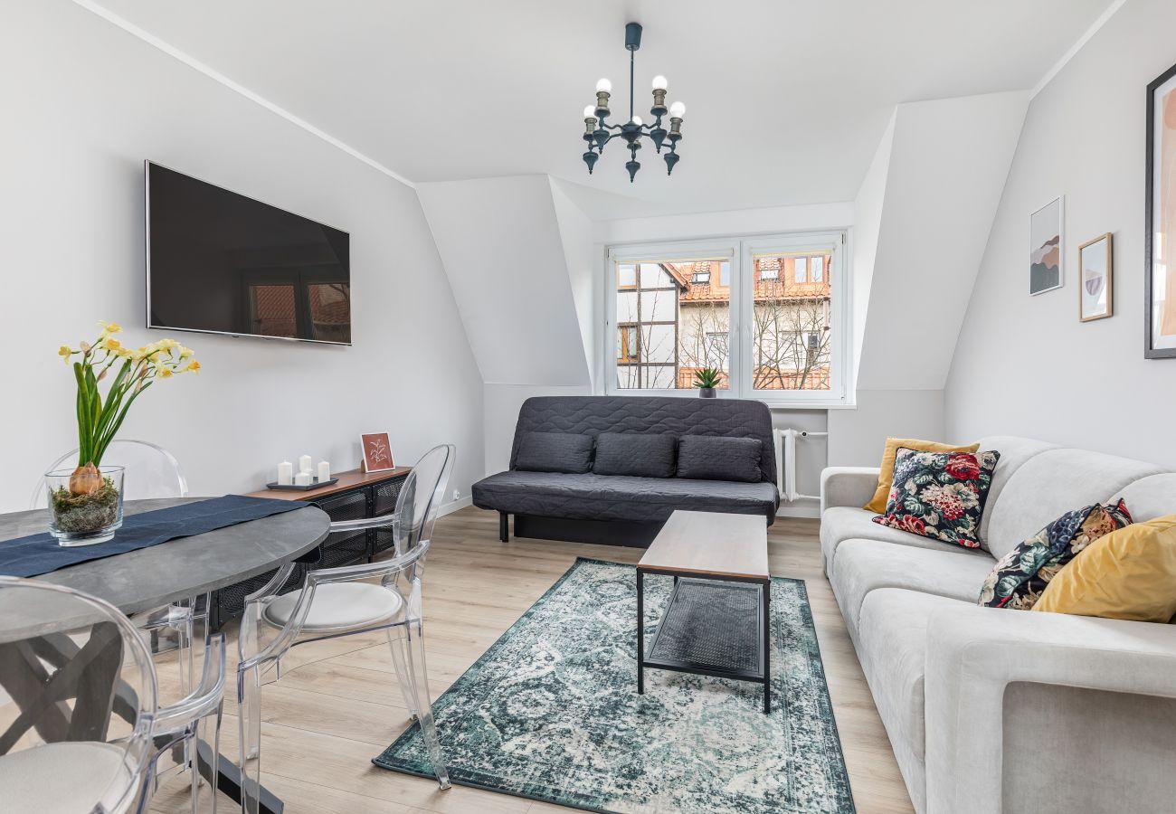 salon, sofa, stolik kawowy, telewizor, jadalnia, stół, krzesła, wynajem