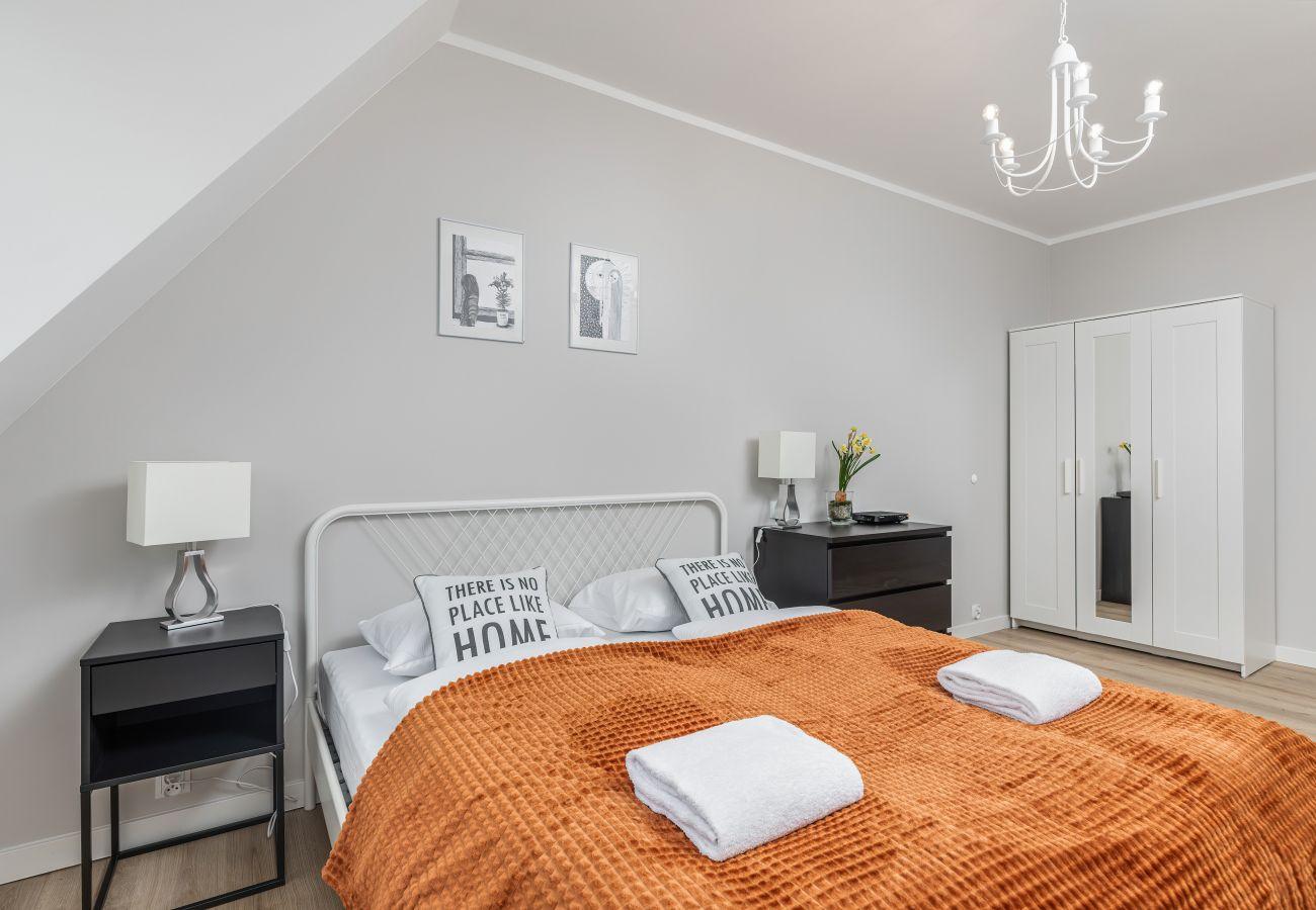 sypialnia, podwójne łóżko, poduszki, pościel, ręczniki, szafa, telewizor, wynajem