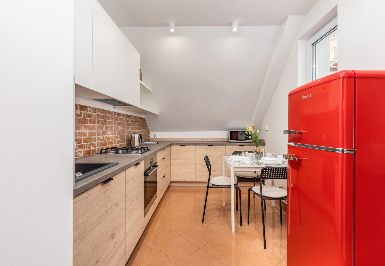 kuchnia, stół, krzesła, kuchenka, piekarnik, wynajem, apartament